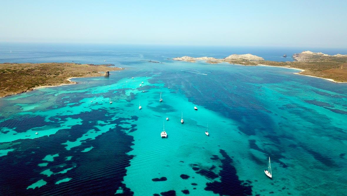 Acqua cristallina nello stretto di Fornelli da attraversare per arrivare all'Asinara.